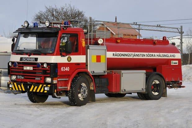 2 26-6340 Tankbil Scania P 93 ML 280 -1993 Vatten: 7500 L Skum: 200 L Pump: 3000 L/min Övrigt: Vatten/Skumkanon, belysningsmast