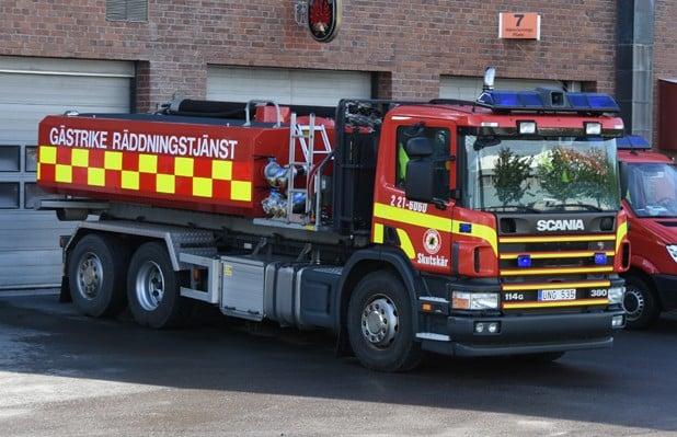 2 21-6060 Lastväxlare / Tankbil Scania P 114 BG 380 -2004 Vatten: 10 000 L Skum: 1000 L Pump: 1800 L/Min Påbyggare: Åkarnas Hydraulservice AB