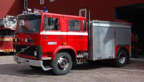 45 221 Släck -/ Räddningsbil Volvo F 616 S -1983 Vatten: 1700 L Pump: 950 L/Min Påbyggare: Floby flak Övrigt: Kran, HIAB