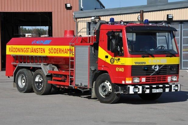 2 26-6140 Tankbil Volvo FL10 – 1990 Vatten: 9000 L Skum: 1000 L Pump: 3000 L/Min Påbyggare: Tollarpskaross AB