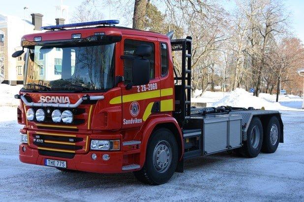 2 26-2060 Lastväxlare Scania P 410 LB 6×2*4 HNB -2015 Påbyggare: Åkarnas Hydraulservice AB Övrigt: Står olastad. Beroende på larmtyp lastas fordonet med lastbärare för skogsbrand, tung räddning samt terrängfordon. Används även som barriärfordon vid trafikolyckor.